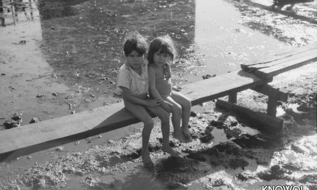 "Children sitting on the boardwalks of ""El Fangitto"""